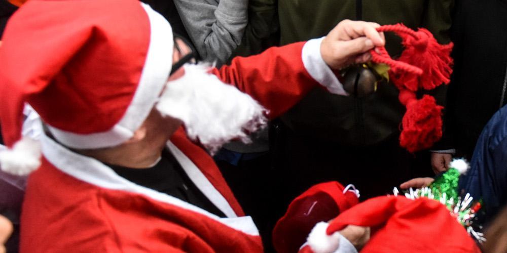 Άγιος Βασίλης... λέρα: Γδύθηκε μπροστά στα παιδιά και φώναξε «τσακιστείτε και φύγετε»
