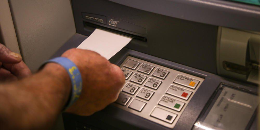 Προμήθειες-σοκ στις τραπεζικές συναλλαγές: Οι χρεώσεις σε ΑΤΜ, γκισέ και e-banking