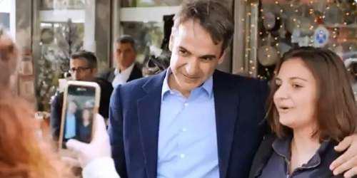 Επίσκεψη Μητσοτάκη στη Νέα Σμύρνη: «Κυριάκο δαγκωτό» και «Άντε να φτιάξουμε την Ελλάδα» [βίντεο]