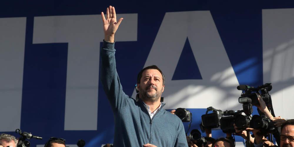 Ιταλική «βόμβα»: Ο Σαλβίνι εξετάζει παράλληλο νόμισμα και έξοδο από την Ευρωζώνη