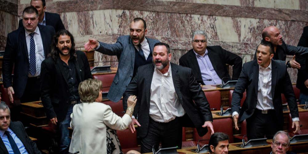 Χαμός στη Βουλή με τους Χρυσαυγίτες κατά την διάρκεια της ψηφοφορίας για την συμφωνία των Πρεσπών