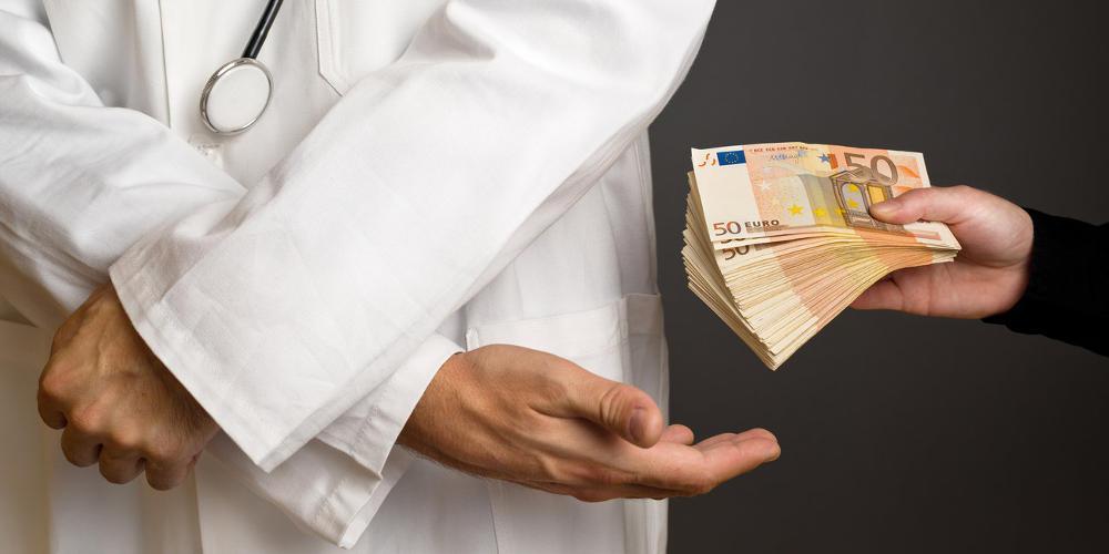 Ελεύθερος ο χειρουργός που κατηγορείται για χρηματισμό