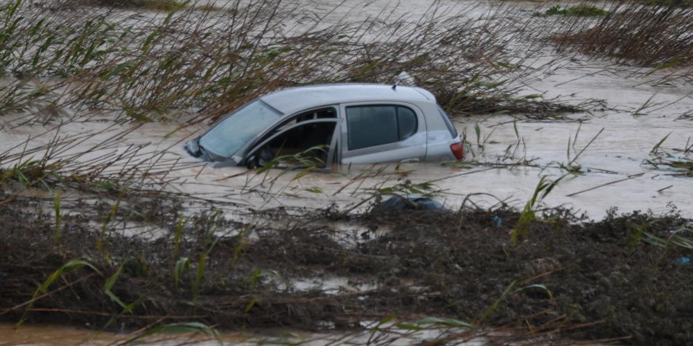 Στο έλεος της κακοκαιρίας η Κρήτη: Καθιζήσεις δρόμων, πλημμύρες και κατολισθήσεις [εικόνες & βίντεο]