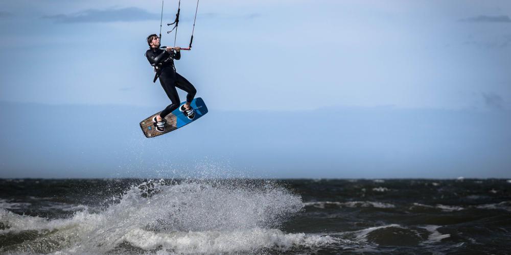Κite surfer έκανε άλμα 200 μέτρων κι έγραψε ιστορία [βίντεο]