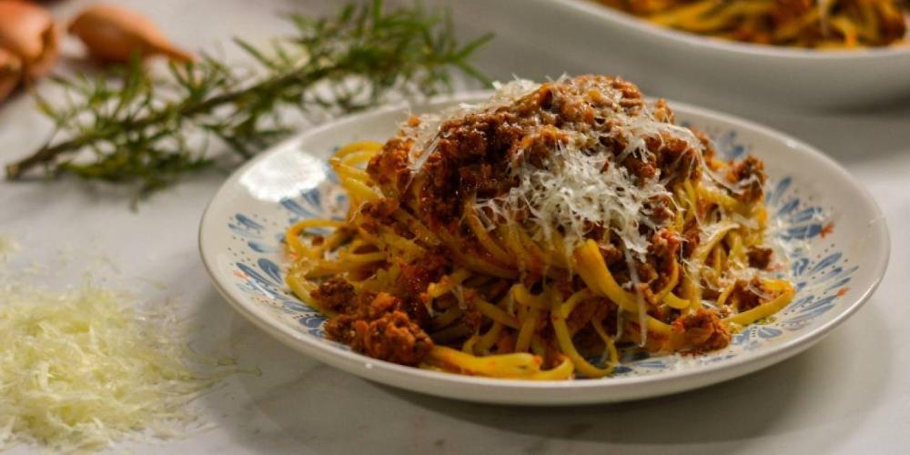 Ρίξτε μαγειρική σόδα στη σάλτσα για τα μακαρόνια - Το… κόλπο των γιαγιάδων!