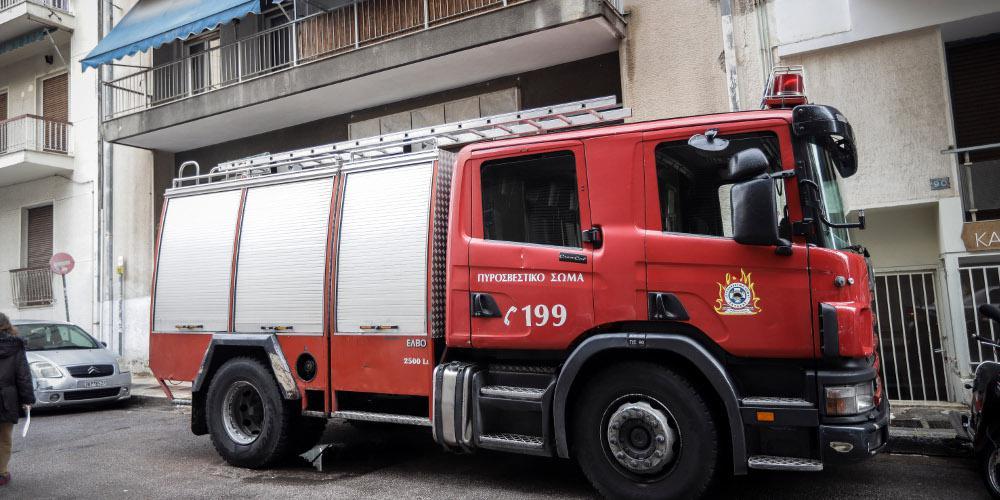 Επιχείρηση κατάσβεσης πυρκαγιάς σε κατάστημα στη Θεσσαλονίκη