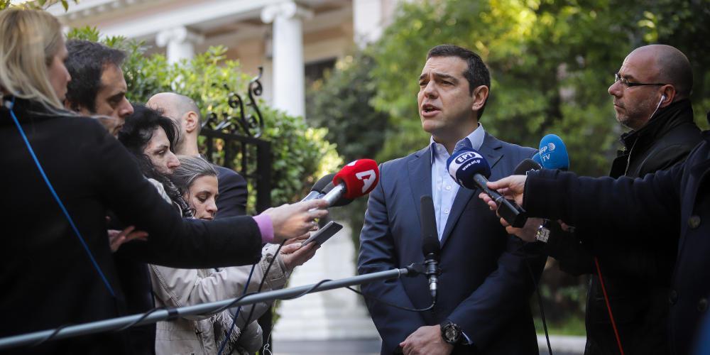 Σε απόγνωση ο Τσίπρας πουλά τσαμπουκά σε δανειστές και φοβίζει τους Ελληνες