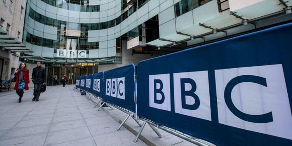Μπόρις Τζόνσον και Τόρις απειλούν το BBC
