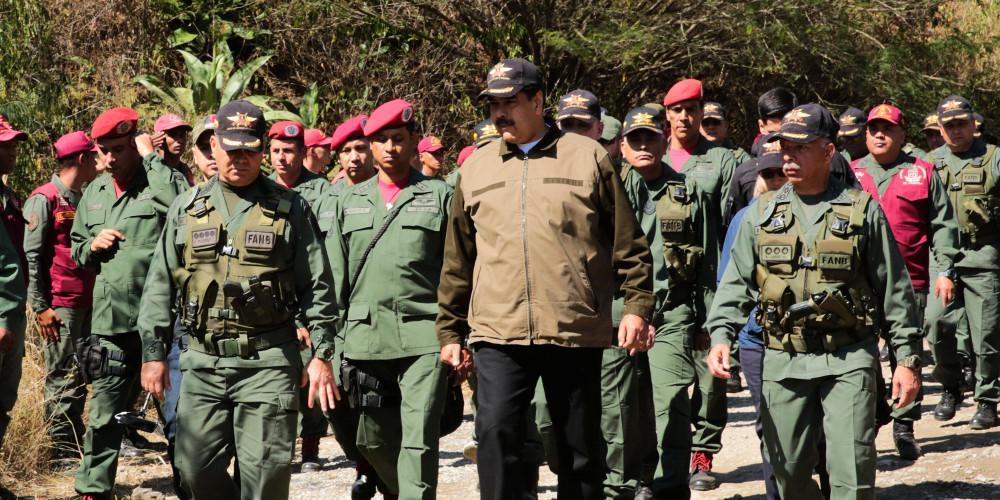 Τραγικές στιγμές στη Βενεζουέλα: Ο Μαδούρο κλείνει τα σύνορα και εκπνέει το τελεσίγραφο για την ανθρωπιστική βοήθεια