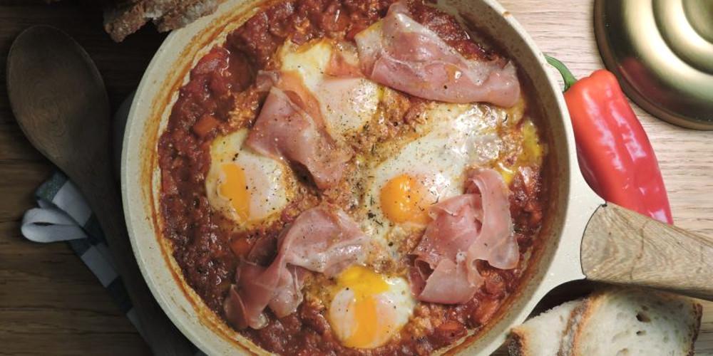 Η συνταγή της ημέρας: Αβγά με κόκκινη σάλτσα και αλλαντικά