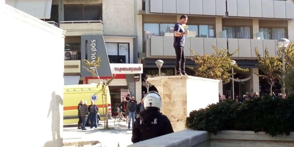 Άνδρας απειλεί να αυτοπυρποληθεί στην Κρήτη! [βίντεο]