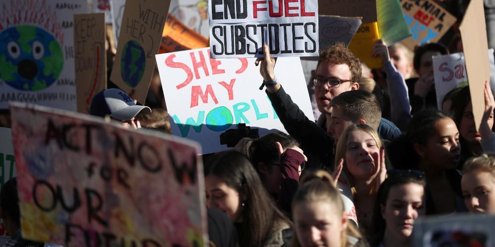 Χιλιάδες μαθητές απείχαν από τα μαθήματα για να διαδηλώσουν για το κλίμα στην Βρετανία