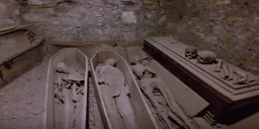 Ιερόσυλοι έκλεψαν το κεφάλι μούμιας 800 ετών από κρύπτη εκκλησίας [βίντεο]
