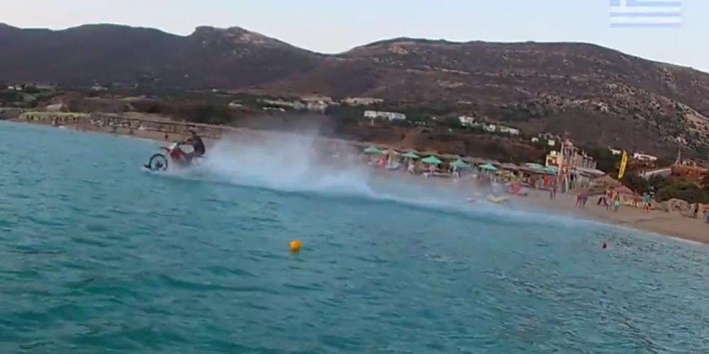 Τρομερό: «Χορεύει« πάνω στην θάλασσα με motocross στα Χανιά [βίντεο]