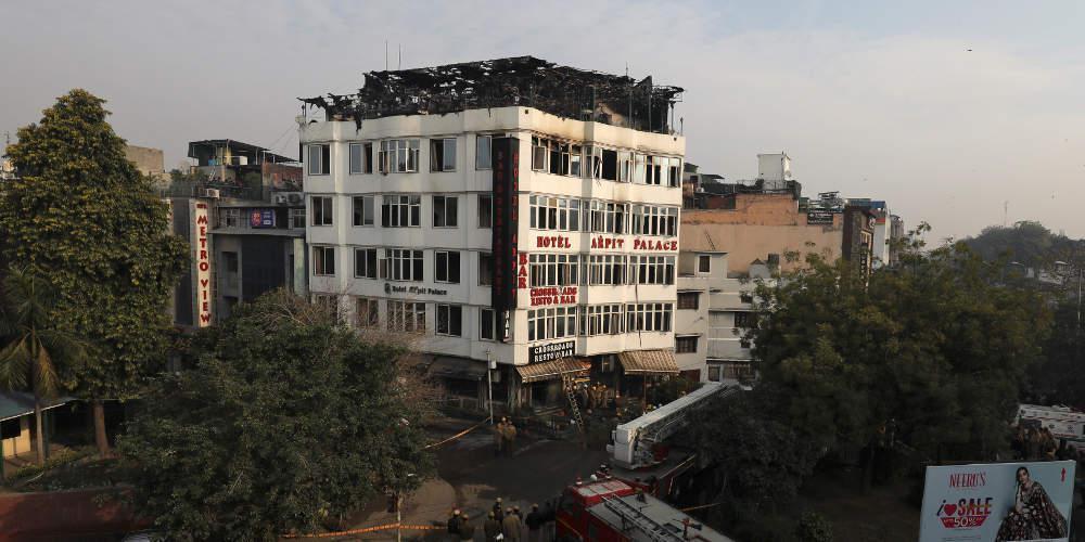 Τραγωδία: Τουλάχιστον 17 νεκροί από πυρκαγιά σε ξενοδοχείο στο Νέο Δελχί [εικόνες & βίντεο]