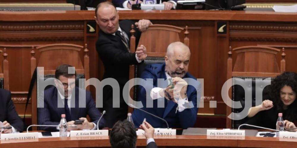 Χαμός στην αλβανική Βουλή: Επίθεση με μπογιά εναντίον του Ράμα [βίντεο]