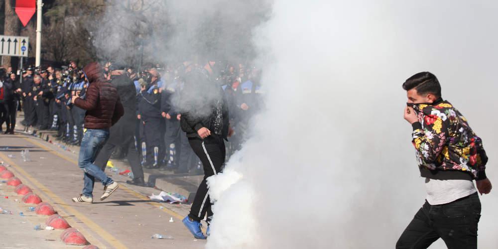 Χάος στην Αλβανία: Ξύλο, μολότοφ και δακρυγόνα σε αντικυβερνητικές διαδηλώσεις [βίντεο]