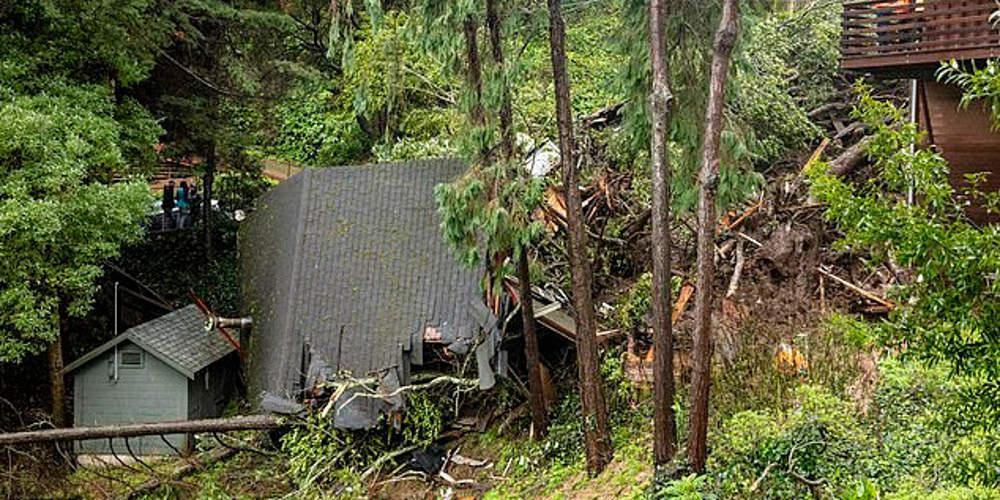 Σοκ: Γυναίκα κοιμόταν ενώ το σπίτι της έπεφτε από το λόφο [εικόνες]