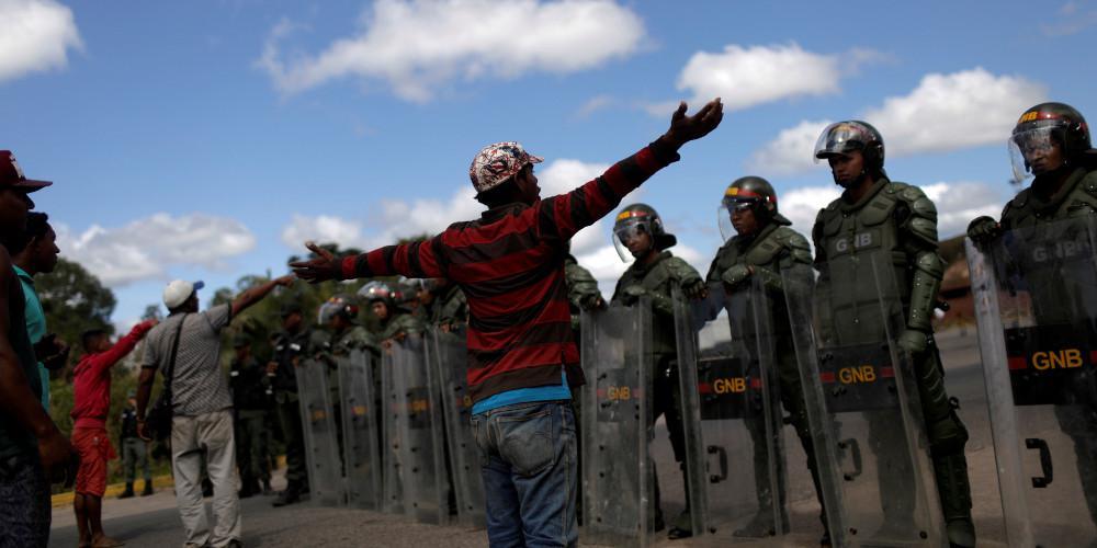 Καταρρέει η Βενεζουέλα του Μαδούρο: Αυτομόλησαν 13 στρατιωτικοί - Φτάνει η ανθρωπιστική βοήθεια