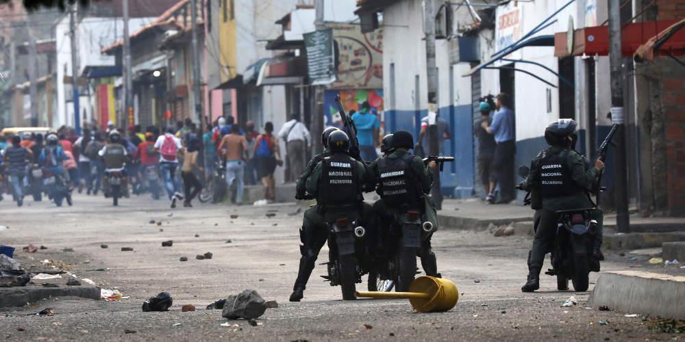 Χάος στη Βενεζουέλα: Τεθωρακισμένο παρέσυρε διαδηλωτές, αξιωματικός τραυματίστηκε από σφαίρα