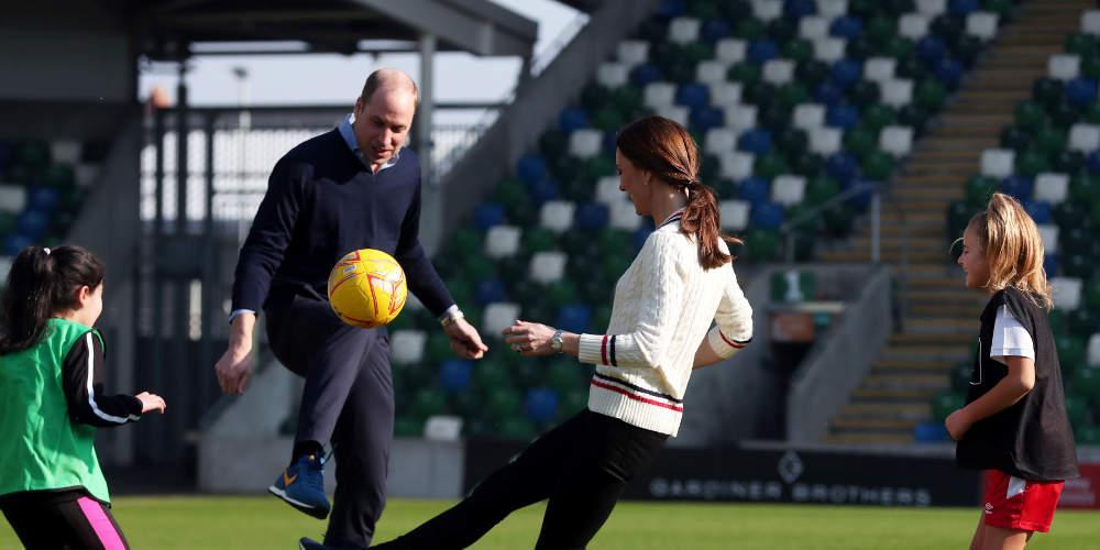 Πρίγκιπας Ουίλιαμς και Κέιτ Μίντλετον έπαιξαν μπάλα παιδιά στη Βόρειο Ιρλανδία
