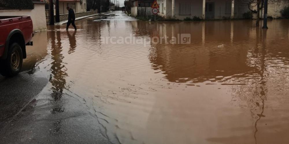 «Πνίγηκε» το Ζευγολατιό: Απέραντη λίμνη το χωριό από τις βροχές [εικόνες]