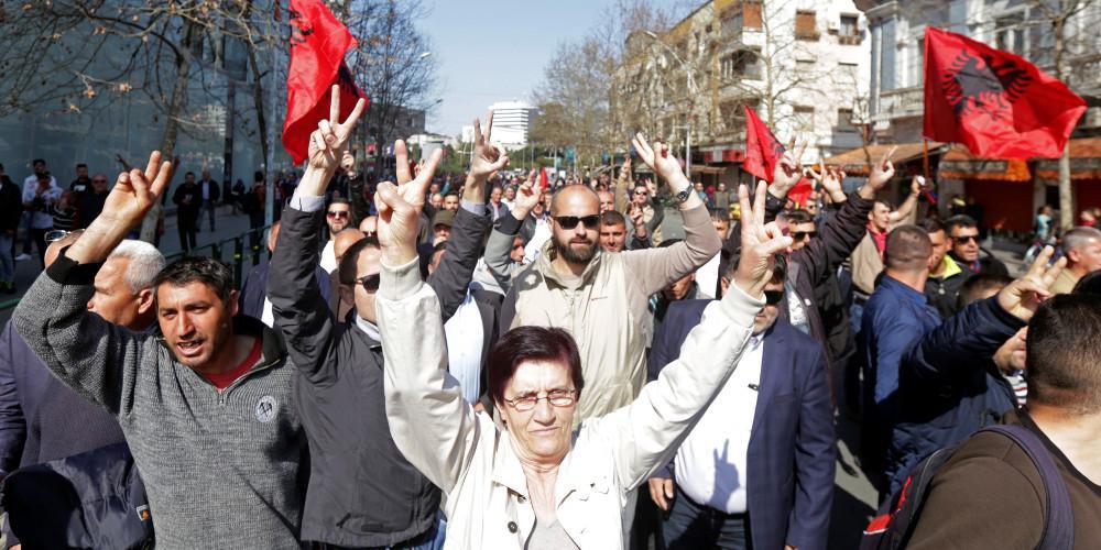 Νέες συμπλοκές διαδηλωτών της αντιπολίτευσης με την αστυνομία στην Αλβανία