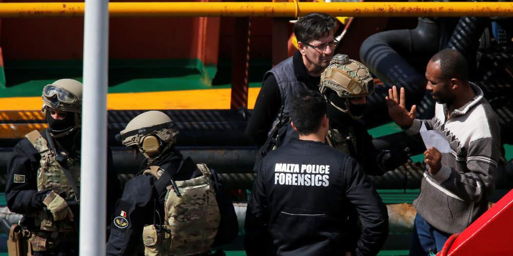 Το Πολεμικό Ναυτικό της Μάλτας ανέκτησε τον έλεγχο δεξαμενόπλοιου που είχαν καταλάβει μετανάστες
