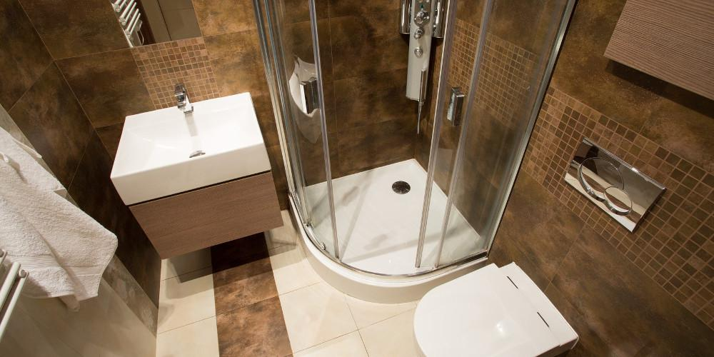Έξι έξυπνες ιδέες που «μεγαλώνουν» τα μικρά μπάνια!