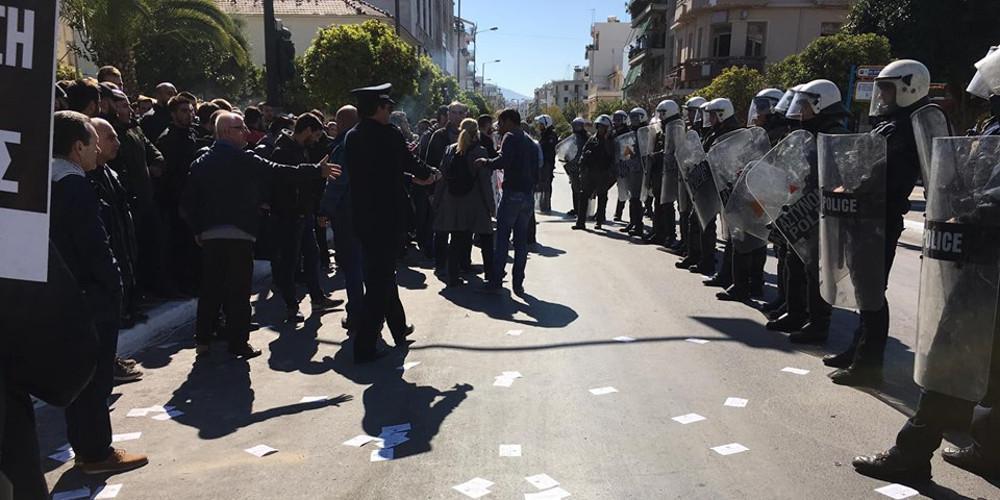 Επεισόδια με τραυματίες και συλλήψεις στις παρελάσεις σε Αθήνα και Θεσσαλονίκη [εικόνες & βίντεο]