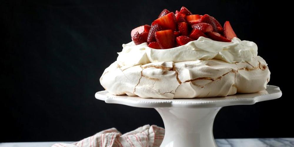 Η συνταγή της ημέρας: Πάβλοβα με φράουλες από τον Πέτρο Συρίγο