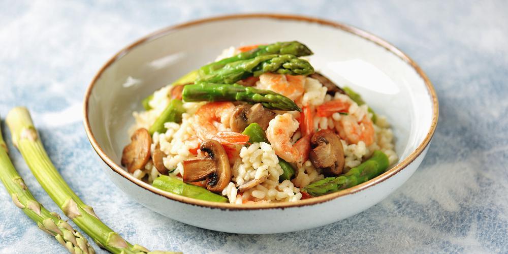 H συνταγή της ημέρας: Ριζότο με σπαράγγια και γαρίδες από τον Χρήστο Τζιέρα