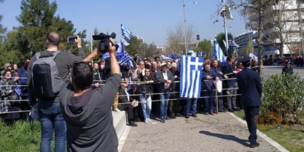 Γιουχαρίσματα κατά των επισήμων στην Θεσσαλονίκη - «Μακεδονία Ξακουστή» τραγουδούν πολίτες