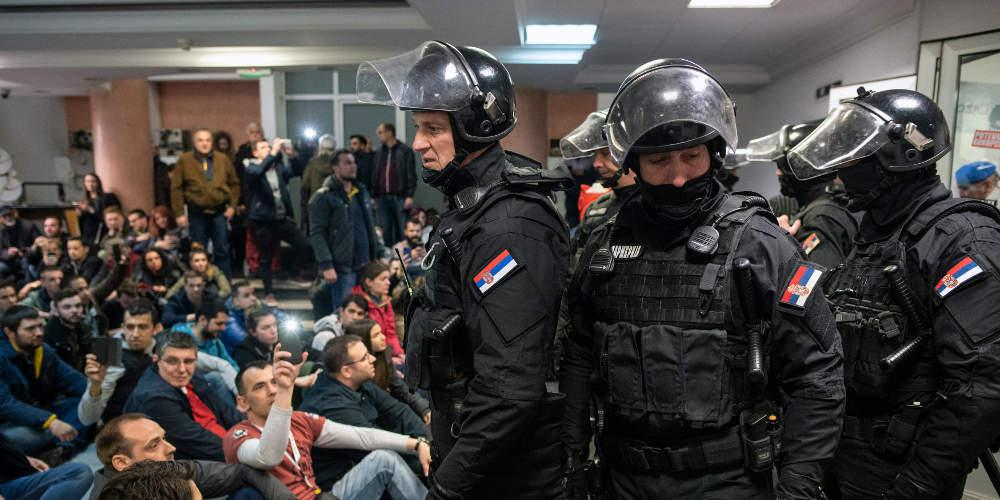 Χαμός στη Σερβία: Διαδηλωτές «μπούκαραν» στο κτίριο της κρατικής τηλεόρασης [βίντεο]