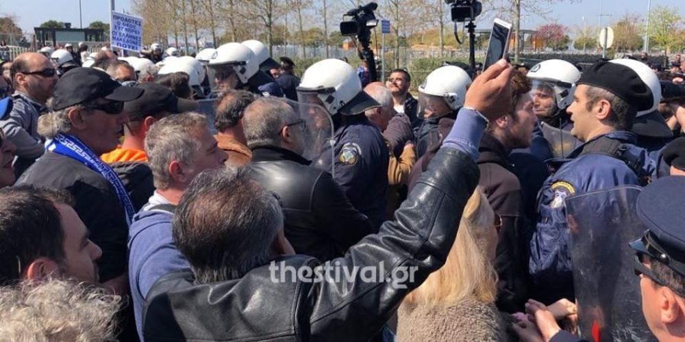 Ένταση μετά την παρέλαση στη Θεσσαλονίκη- Πολίτες προσπάθησαν να πλησιάσουν τους επισήμους [βίντεο]