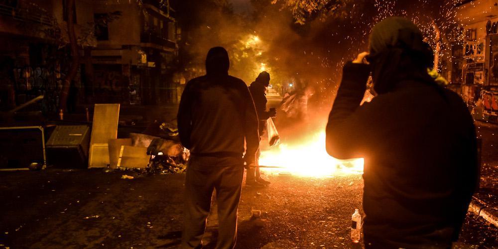 Νέες καταδρομικές επιθέσεις με μολότοφ εναντίον των ΜΑΤ στα Εξάρχεια