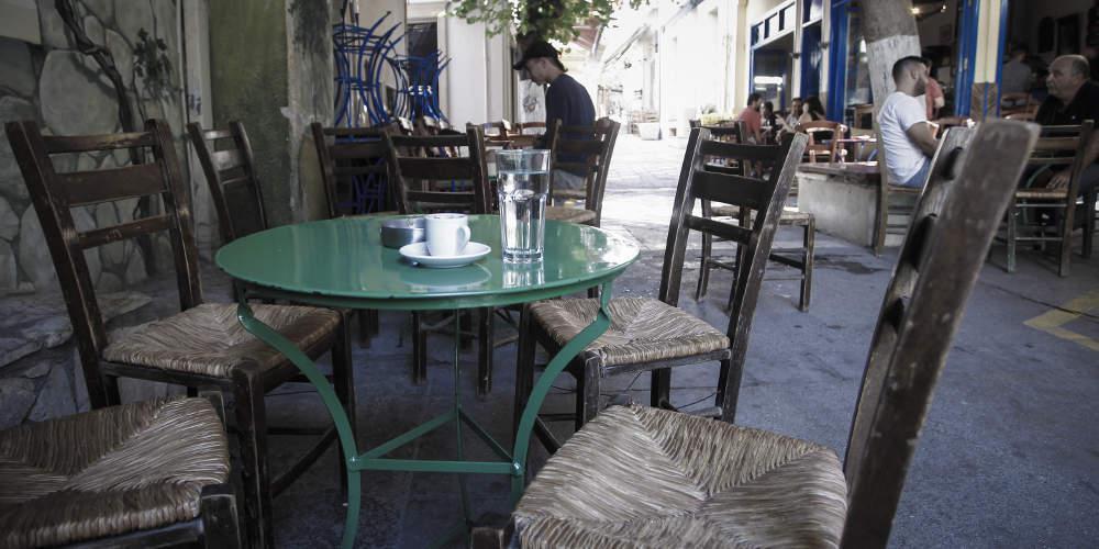 Χαμός σε καφενείο στον Βόλο: 15 άτομα έβλεπαν το ΑΕΚ-Ολυμπιακός και μπήκε η αστυνομία