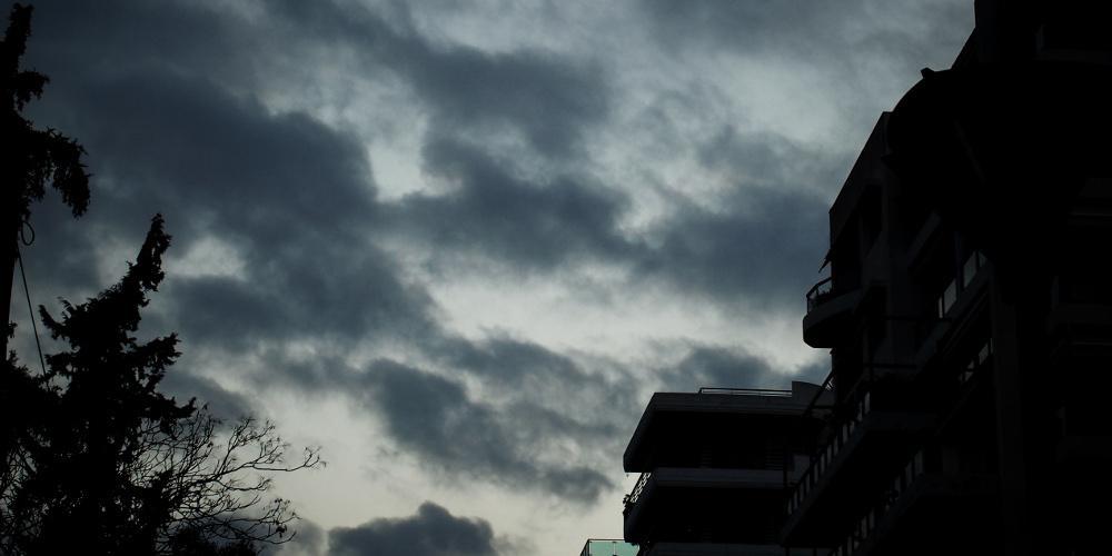 Πρόγνωση καιρού: Συννεφιασμένη Κυριακή με βροχές και ομίχλη