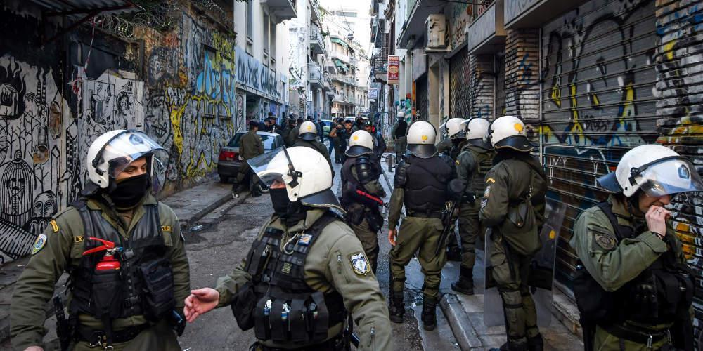 Μικτές ομάδες της ΕΛ.ΑΣ. κάνουν ντου... για συλλήψεις στα Εξάρχεια!