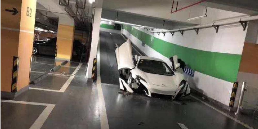 Μία «ψεύτικη» McLaren 650S έσπασε το εμπρός μέρος της κατεβαίνοντας ράμπα σε γκαράζ
