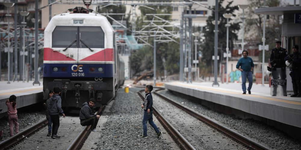 Φεύγουν σταδιακά οι πρόσφυγες από το Σταθμό Λαρίσης
