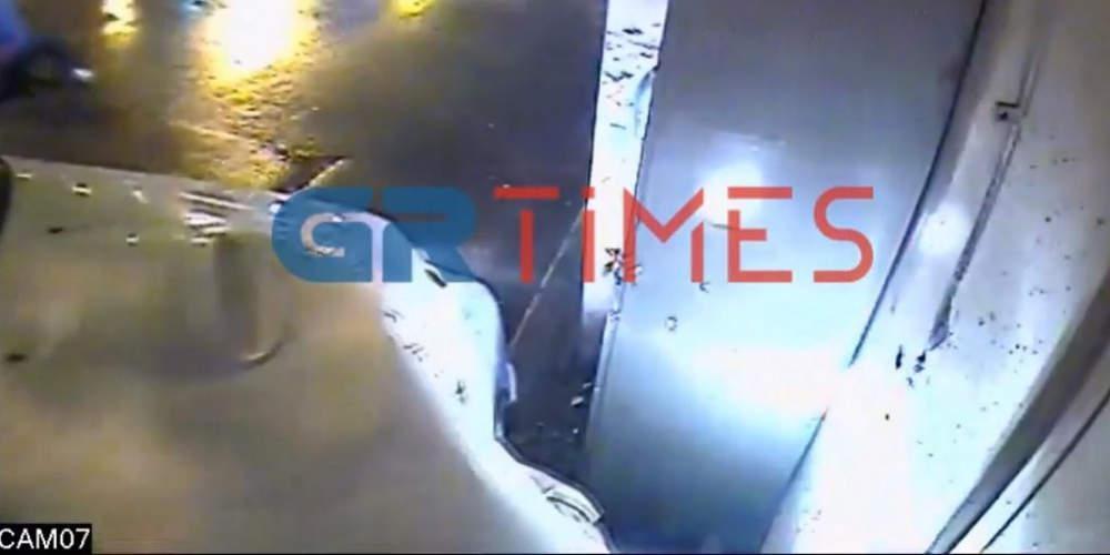 Απίστευτο: Περιπολικό στη Θεσσαλονίκη έπεσε πάνω σε περίπτερο εν ώρα καταδίωξης [βίντεο]