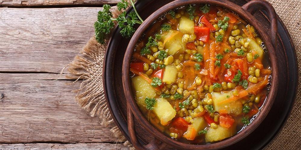 Η συνταγή της ημέρας: Αρακάς κοκκινιστός από τον Δημήτρη Σκαρμούτσο