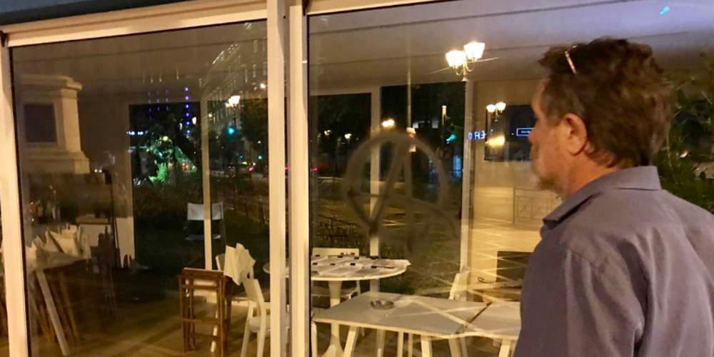 Επίσκεψη Γερουλάνου στο βανδαλισμένο περίπτερο Μπακογιάννη στην Αθήνα: Καμία ανοχή [εικόνες]