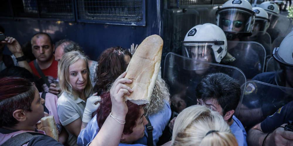 Ένταση έξω από το Μαξίμου: ΜΑΤ απωθούν καθαρίστριες που ζητούν συνάντηση με Τσίπρα [εικόνες]