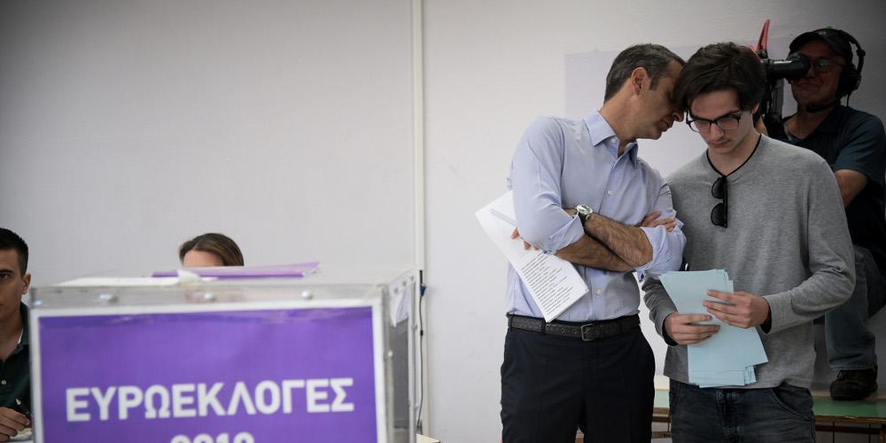 Ο Κυριάκος Μητσοτάκης συνόδευσε τον γιο του στην πρώτη του ψήφο [εικόνες]