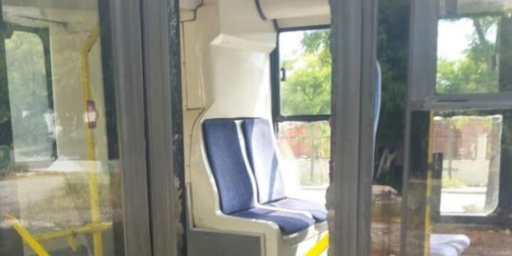 Απίστευτο: Επιβάτης λεωφορείου στη Θεσσαλονίκη έσπασε το τζάμι για να κατέβει [εικόνα]
