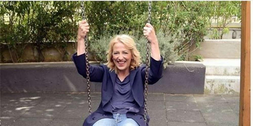 Η Δούρου κάνει κούνια σε παιδική χαρά και η Νοτοπούλου της απευθύνει πρόσκληση [εικόνα]