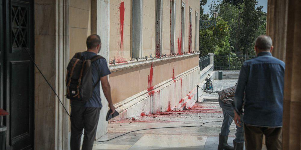 Οικονομική ενίσχυση ζητάει ο Ρουβίκωνας φοβούμενος νέα σύλληψη για την επίθεση στη Βουλή!