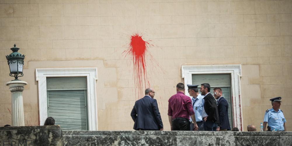 Κράτος μπάχαλο στο έλεος μπαχαλάκηδων: Ανενόχλητος ο Ρουβίκωνας διέβη ξανά τη Βουλή